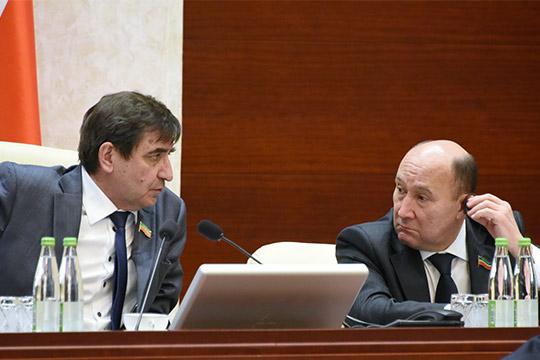 Выслушав Тухватуллина, зампредседателя Госсовета РТ Юрий Камалтынов чуть было не закрыл заседание, но коллеги вовремя напомнили о еще одном докладчике — Зайдуллине
