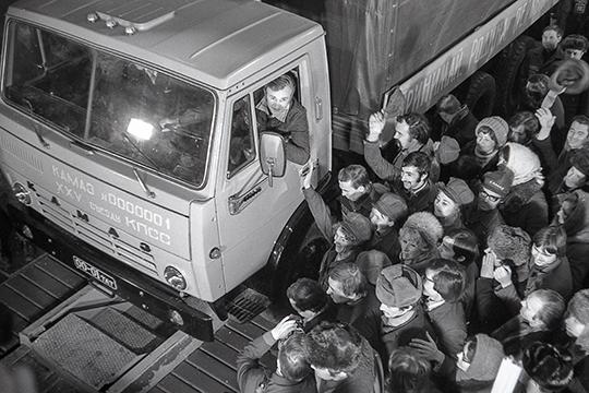 «С тех пор, как с конвейера Камского автогиганта под звуки музыки и торжественных речей сошли первые грузовики, стали возникать и «серые» схемы их продажи»