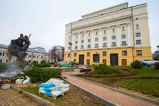 Парящий в прыжке Нуриев словно пытается попасть в казанский оперный театр…с заднего входа