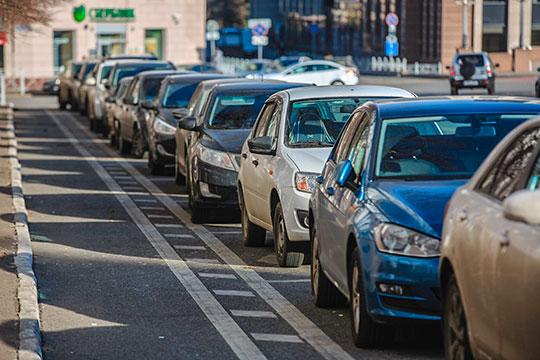Сегодня вцентре Казани муниципальные власти ввели вэксплуатацию новые платные парковки на41 участке вдоль городских улиц