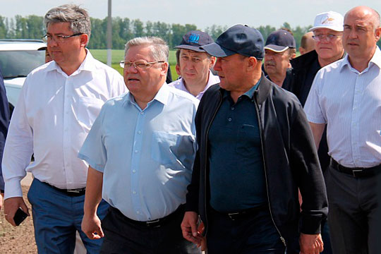 Петр Чекмарев (второй слева)
