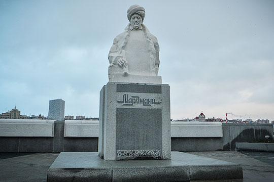 Президент РТ дал поручение министерству культуры выполнить надписи напамятнике Марджани еще натрех языках— татарском, английском иарабском