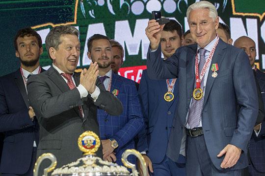 Наиль Маганов (слева) иЗинэтула Билялетдинов (справа) после долгого перерыва вернули в Казань Кубок Гагарина, а в республику - немного подзабытое ощущение победителей