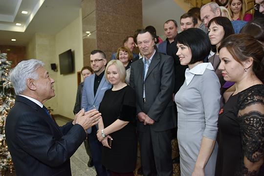 Фарид Мухаметшин пожелал представителям СМИ удачи ипозвал всех натрадиционное новогоднее фото налестнице Госсовета
