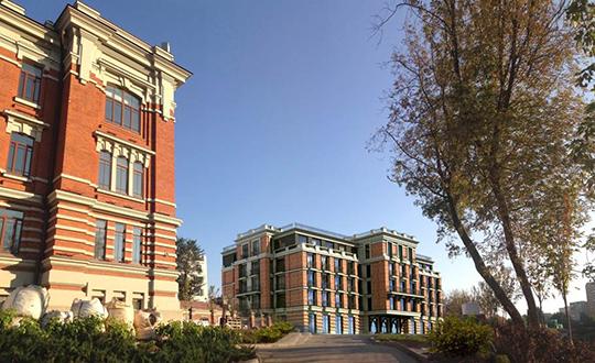 Входе споров было принято решение переработать колористику фасада нового корпуса гостиницыдля придания контраста между объектом культурного наследия исовременным зданием