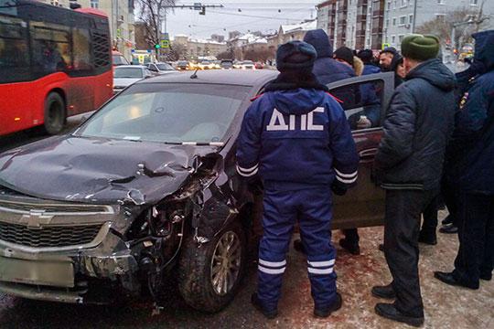 Сегодня утром оперативники задержали водителя черного Chevrolet Cobalt, который устроил массовое ДТП на Восстания-Ибрагимова и ранил инспектора ДПС