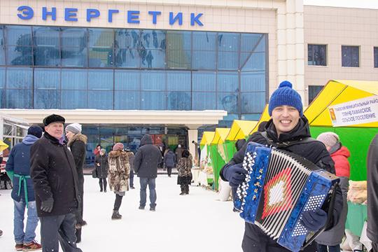 Приглашенные послучаю мероприятия артисты прямо перед входом вдворец как могли развлекали публику, исполняя популярные татарские песни