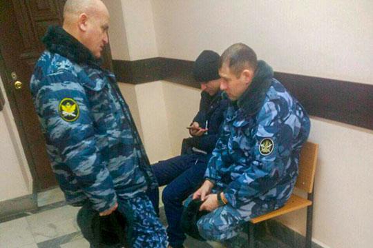 В суд поддержать Денисова пришли его коллеги — в форме ФСИН. В зал их в итоге не пустили