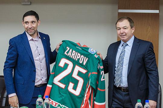 Против продления контракта с Данисом, по данным источников, близких к хоккеисту,выступает и влиятельный гендиректор «Ак Барса» Шамил Хуснутдинов (справа)