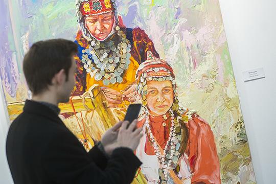 Шадрин говорит созрителями нанетипичные для современного искусства темы— поиск генетической связи сземлей, познание своих корней через историю рода, возвращение кистокам