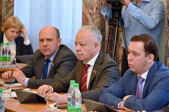 Замдиректора КАМАЗа Ильдар Шамилов (в центре) требует смягчить закон о митингах