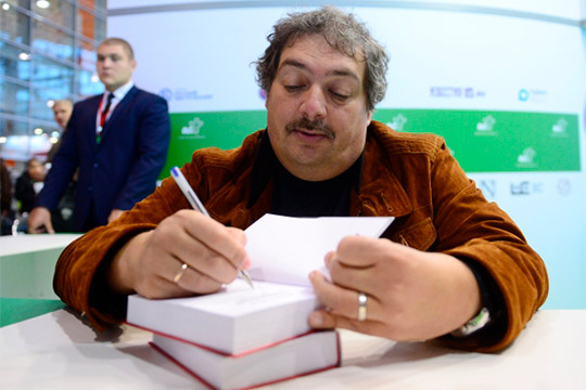 ПисательДмитрий Быковвчера был госпитализирован водну изуфимских больниц сподозрением наинсульт