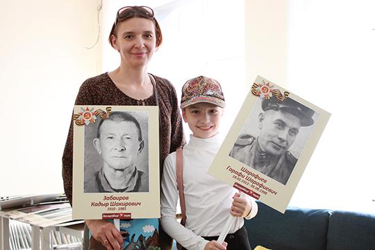Аида Фатхутдинова вместе дочерью пришла за портретами дедов один поддерживал дорогу жизни под Ленинградом, а другой участвовал в обороне Москвы