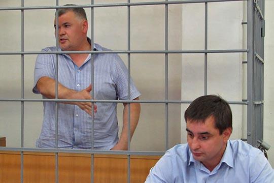 Чуть реже появляется на первых разворотах челнинский адвокат Руслан Мадифуров (справа). Он защищает бывшего начальника ОБОП автограда Даниля Закирова