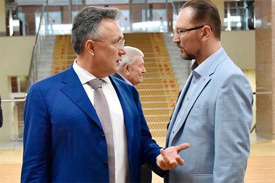 Под аплодисменты коллег спикер представил залу нового главу Союза журналистов РТ Ильшата Аминова (слева)