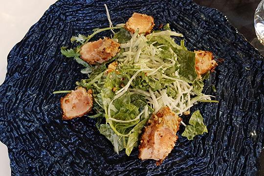 Салат слососем, дайконом исливочной заправкой— сочетание довольно свежее