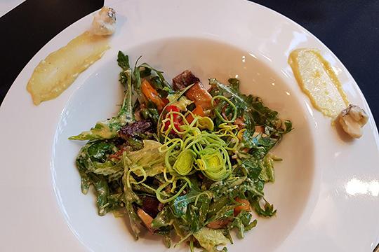 Теплый салат стелятиной оказался неменее насыщенным, чем интерьер, номегаположительного впечатления непроизвел