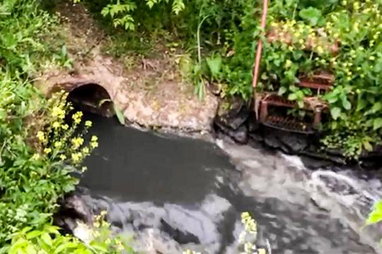 Труба выходит из-под забора, ограждающего, предположительно, территорию биологических очистных сооружений (БОС) альметьевского городского водоканала. Слив идет вречушку Муратка, которая впадает вСтепной Зай, атот— вКаму