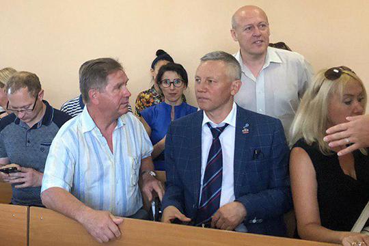 Судьянаходатайство иуговоры защиты некупился иотправил Ильдуса Янышева (в центре) вчисло зрителей, авправе защиты отказал