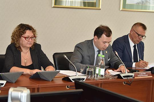 Тимур Саматов(в центре) доложил, что запоследние годы удалось сделать напрактике при исполнении закона«Опромышленной политике вРТ»