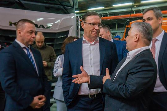 Основные надежды возлагаются КАМАЗом напутинские нацпроекты, вкоторые планируется влить триллионы (в центре на фоторулевой КАМАЗаСергей Когогин)