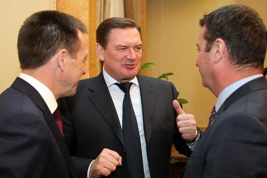 Рейтинг покинул один изсамых опытных «генералов» нефтехимииЛеонид Алехин (в центре), занимавший впоследние годы пост генерального директора ТАНЕКО