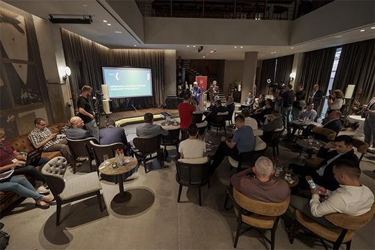 Вбаре отеля Kazan Palace byTasigoуже второй разэкспертный клуб «Волга» собралэкспертов.Тема дискуссионного вечера была сформулирована так: «Цифровое поколение против цифровой бюрократии?»