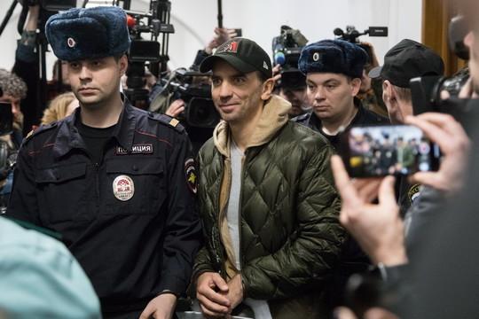 Арестованный за4млрд рублей экс-министр открытого правительстваМихаил Абызов(в центре) дает показания насвоих друзей иврагов