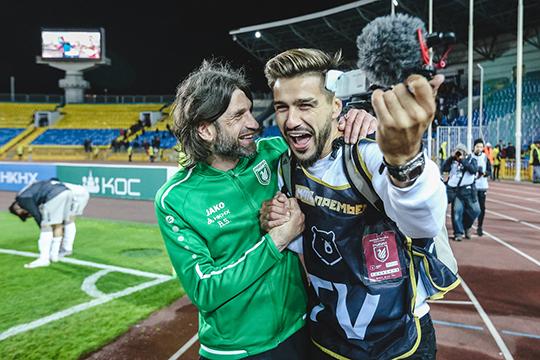 Савин даже отпраздновал победу вместе с Шароновым: обнялся с тренером, который теперь точно должен дать ему крутое и бодрое интервью