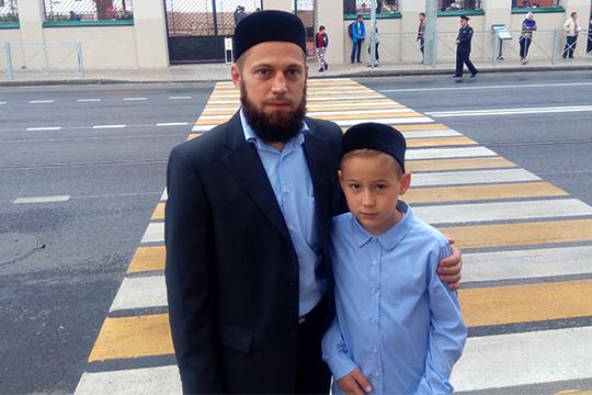 Рецитацию изКорана сегодня совершил 11-летний татарский мальчик, чего никогда доэтого небыло нагаете,Ахмад. Его отецКарим Шахмамедов рассказал, что сынсрождения живет вМекке, а в Татарстан они приехали на каникулы