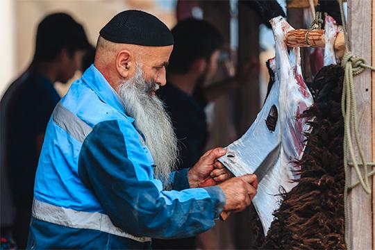 Многие излюдей, пришедших наритуальный забой, часть мяса оставляли самой мечети, которая потом раздаст его нуждающимся