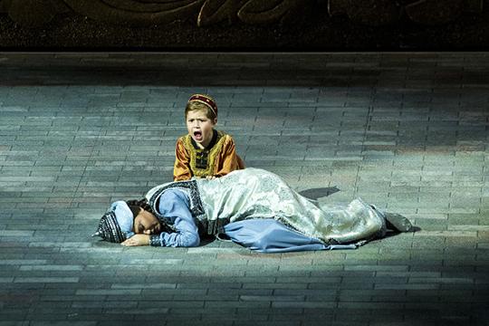 «Опера — это один из самых сложных видов искусства, и он не может быть на потоке. И вопрос не только в создании национальной оперы, но и в том, чтобы показывать эти спектакли на других площадках»
