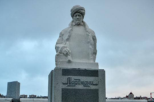 «По мемориальным доскам есть постановление правительства, которое жестко требует, чтобы были надписи на двух государственных языках, а по памятникам — пробел в законодательстве»