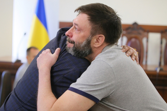Руководитель портала «РИА Новости Украина»Кирилл Вышинским, который находился под стражей всвязи сподозрениями вподдержке республик Донбасса игосизмене, был наконец-то выпущен под залог насвободу