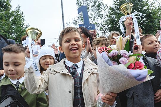 «Уникальность нашей школы в том, что здесь дети будут обучаться по двум программам сразу. Это российская программа, со сдачей и ОГЭ, и ЕГЭ. И вторая программа — международная, кембриджская»