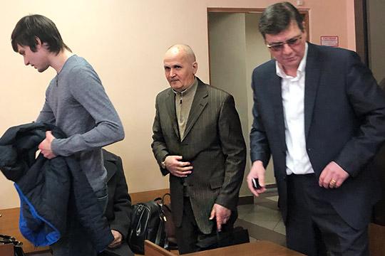 Вахитовский районный суд арестовал скандально известного бизнесмена Загира Исрафилова (в центре), который несколько лет назад едва не довел до банкротства певца Салавата Фатхетдинова