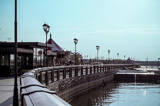 Что мы видим сейчас на Кремлевской набережной Казанки, которая сдана в аренду на 49 лет компании зятя владельца ПСО «Казань» Равиля Зиганшина? Это бетонные берега а-ля «город на Неве» (разве что там гранит) с зонами развлечений