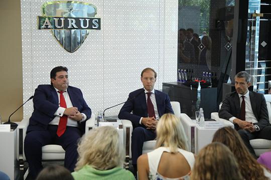 За рубежом Владимир Путин впервые проехался на Aurus 16 июля 2018-го в Хельсинки, на саммите Россия — США. На седане Aurus сегодня ездит министр промышленности и торговли РФ Денис Марнутров