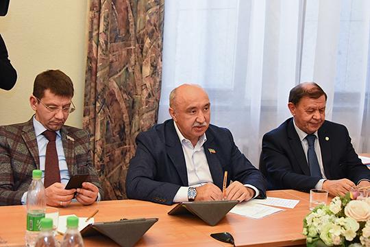 Из «старичков» комитета вчера также можно было увидеть президента академии наук Татарстана Мякзюма Салахова (справа) и ректора КФУ Ильшата Гафурова (в центре)