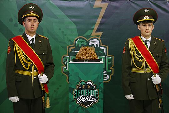 Новый приз «Зеленого дерби» выполнили в виде традиционного блюда татар и башкир.«Чак-чак Cup» охранял почетный караул