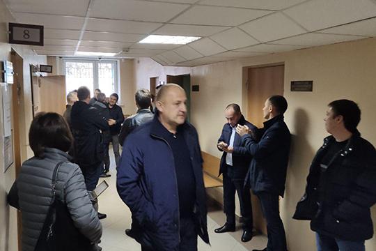 Вкоридоре Гарипова вновь встретили аплодисментами иобъятиями его сотрудники. «Обид нинаФСБ, нинаСКнет— каждый делал свою работу»,— прокомментировал Вильдан Каримов