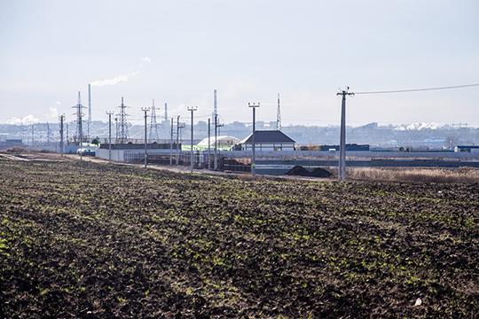 Согласно кадастровой карте, участок для новых захоронений относится кТукаевскому району иимеет сельскохозяйственное назначение(на фото — планируемое место новых захоронений)