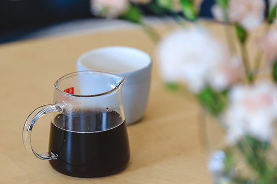 Мыхорошо сэкономили, потому что унас был опыт икак уоткрывателей кофеен, икак уархитекторов идизайнеров. Мысами выбирали где заказать мебель, часть мебели изготавливали понашим проектам