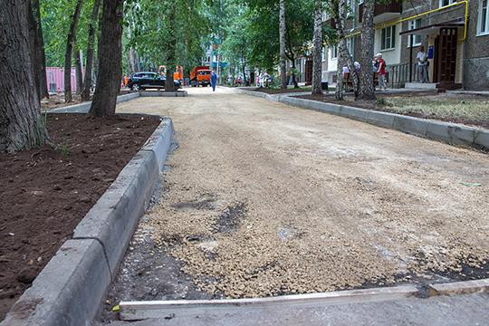 «Разрабатывается программа по капитальному ремонту дворовых территорий с дорожным покрытием и установкой малых архитектурных форм», — заметил Фролов