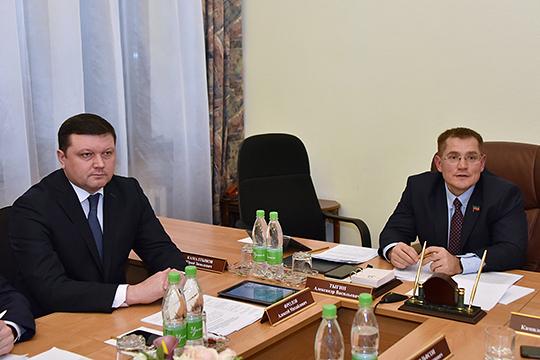 Замминистра строительства РТ Алексей Фролов (слева) рассказал, что общий объем реализации госпрограммы по обеспечению населения услугами ЖКХ и качественным жильем (с 2014 года) составил 98 млрд рублей