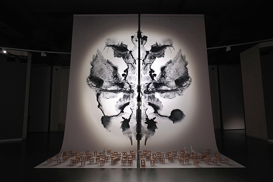 Ввыставке есть работа-ключ— «Клякса11». ПсихиатрГерман Роршахсчитал: если пациент вчернильной кляксе видит симметричную фигуру, значит, онспособен осознавать реальность»(на фото объект «Клякса11»)