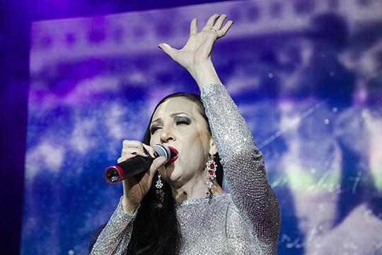 «Алина Шарипжанова, кстати, единственная певица, с которой я работал и которой гости аплодировали стоя. Сложно, конечно, описать ее голос, но я бы сравнил его с Дивой Плавалагуной из фильма «Пятый элемент»»