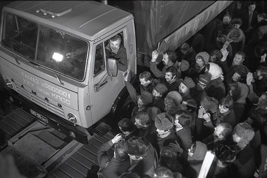 «Создан фундамент, который позволяет смотреть набудущее КАМАЗа на15-20 лет соптимизмом иуверенностью.Выпущено уже более 2,3млн автомобилей» На фото запуск главного конвейера КАМАЗа в феврале 1976г.