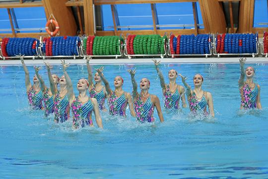 Выполняя упражнения под водой, синхронисты неслышат такт, что может сказаться наточности выполняемых имупражнений, авбольшом спорте мелочей небывает
