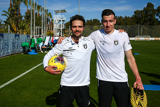 «MVP тренировки получает +1 к тому, что он заработал в ходе занятия» (на фото — Евгений Башкиров и Денис Макаров)